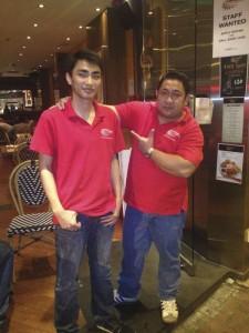 Ellos estaban trabajando en un bar, pero parece que vayan disfrazados de pizzeros