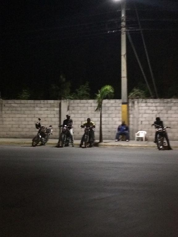 Los moto taxi, siempre listos para llevarte a ti, a tu primo, el niño, el coco, las bolsas y todo lo que quepa!! y eso que a la moto la llaman Pasola! (pa una sola persona);)